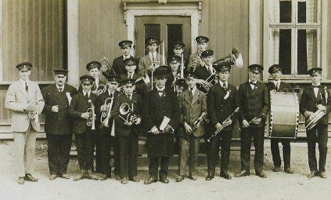 BEGYNNELSEN: Søndagsdress og «plankekjørerlue» var uniformen, og instrumentene var kjøpt på avbetaling. (Foto: Privat)