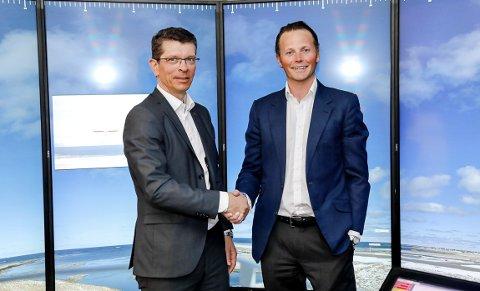 FORNØYDE: Kongsberg Gruppens konsernsjef Geir Håøy (t.v.) og Wilhelsmsens Thomas Wilhelmsen tar norges sjøfartshistorie inn i en autonom retning. Og det med Kongsbergs skipssimulator som bakteppe.