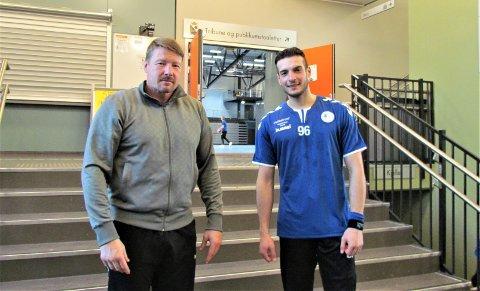 IMPONERER: – Det er hyggelig å kunne hjelpe en spiller som er så ivrig og dedikert på hver eneste trening, sier Falks trener Johnny Jensen (t.v.) om Omran Alakhras.