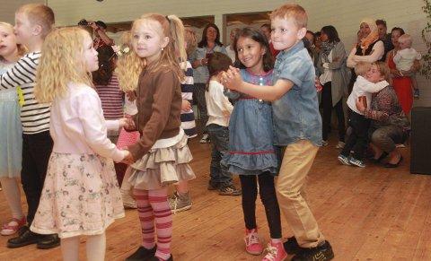 HJERTESMELT: Når barna bød hverandre opp til dans ble samtlige voksne til stedet avvæpnet og det ble ganske heftig jubel.