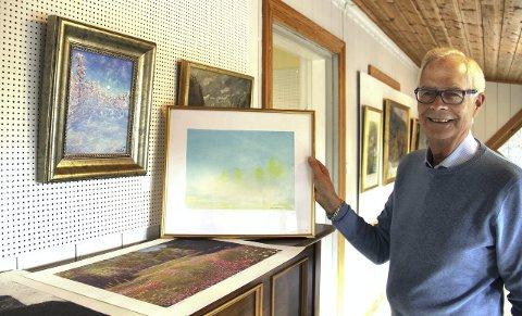 MANGFOLD: Asbjørn Bergerud med Arne Martinsens duse verden, her fargerik enn vi ofte ser den. Ett av mange godbiter på høstutstillingen. Foto: Kari Gjerstadberget