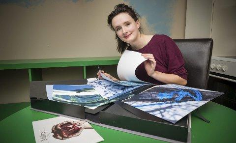 «Artist's book»:  Sørodølingen Viktoria Kessler med sin bok kunst der hun har tatt bildene, skrevet tekst og laget hele boken selv i ett eksemplar.