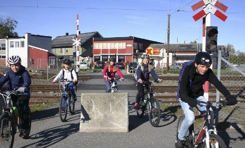 SNART STOPP: Allerede 22. oktober er det slutt på at syklister og gående kan ta seg over her. På bildet: Erlend Torkildsrud, Jeppe Solstad Johnsrud, Frida Indgjerd, Johanne Arnesen og Kasper Andreassen Karlsen. FOTO: BÅRD ENGH