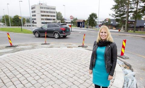 Oppgraderer: Rundkjøringa på Skotterud er det mange som har ledd av, men nå skal det bli en skikkelig rundkjøring, sier en fornøyd ordfører Kamilla Thue. Også et midlertidig buss-skur er på plass ved bussterminalen i bakgrunnen. Foto: Kjell R. Hermansen