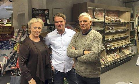 Gammel butikk: Klarsynte Lena Ranehag, butikksjef Åke Kolstad og programleder Tom Strømsnæs i Åndenes Makt. Uforklarlige ting skjer i butikken fra 1872. Nå blir det fjernsyn av dette. Foto: TVNorge