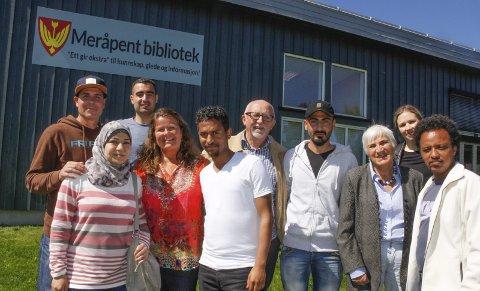 FRIVILLIGHETEN: utfordres. Nå vil Samer (f.v.) Hala, Maher, Eva, Amanuel, Arne, Idris, Grethe, Hanne og Yacob ha flere med på kafé for å lære norsk og mer om hverandre.