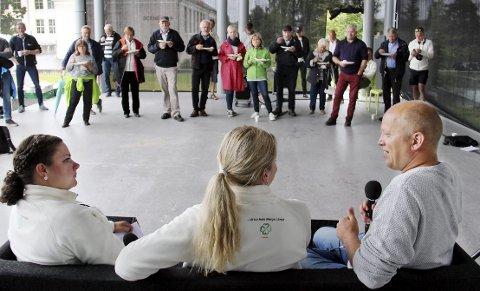 PÅ turné: Senterpartiet er på turné, men meningsmålingene viser at partiet virkelig er på tur opp. Partileder Trygve Slagsvold Vedum (t.h.), andrekandidat til Stortinget, Emilie Enger Mehl og varaordfører i Kongsvinger, Margrethe Haarr, var på frierferd med partiets turnébuss i Kongsvinger torsdag kveld.BILDER: SIGMUND FOSSEN
