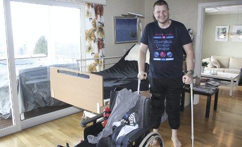 God hjelp: Sykesenga og rullestolen har vært god hjelpemidler for Mathis Briskerud etter stuntet på trampolinen. Prekestolen kvittet han seg med etter noen dager.