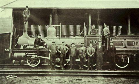 KONGSVINGER STASJON: Et realt arbeidslag foran lokomotivet på Kongsvinger stasjon, 1896. Foto: Vera Wold/Kari Gjerstadberget