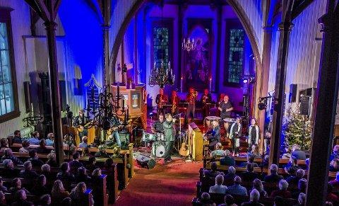 STEMNING: Høy stemning både foran alteret og på seteradene under Elvis Gospelshow femtedag jul i Vestmarka kirke