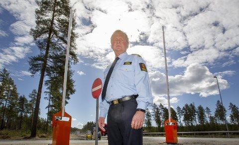 Bom: – Både Svinesund og Ørje har slik bommer og endelig er bommene på plass på Magnormoen også, sier seksjonssjef Morten Nystuen. Foto: Kjell R. Hermansen