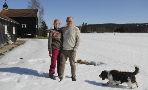 BLI MED: Cathrine og Sverre Gulbrandsen-Dahl ønsker seg barnefamilier og andre interesserte til å dyrke grønnsaker i parseller på jordet her.