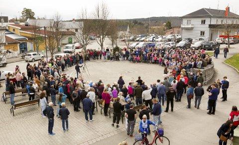 Krafttak for sang: 230 elever ved Skotterud skole delte sin sangglede på Emmas plass fredag. Bilder: Kjell R. Hermansen