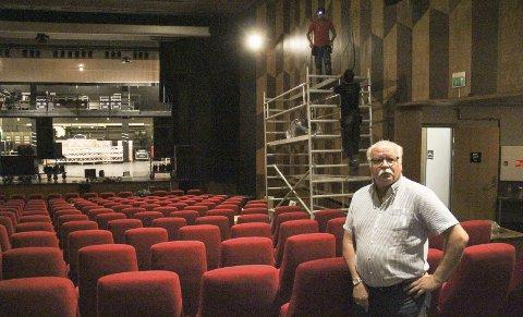 SNART PÅ PLASS: Kinosjef Stig Fonås kan glede seg over Atmos og nytt surround lydanlegg som installeres i disse dager. Fredag 24. åpner kinoen igjen.