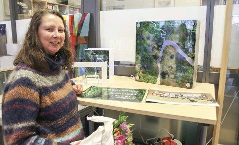ØNSKER SEG FOTOGRAFIER: Jenny Alnæs med sitt vinnerutkast «Skogen synger» og «Oppstadåa». Nå vil hun ha befolkningen med på å samle skogs- og elvebilder.