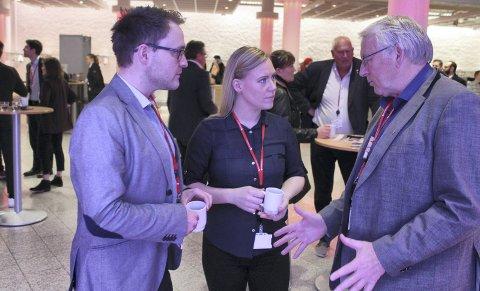 VEDTAK: Varaordfører i Nord-Odal, Lasse Juliussen (fra venstre) og Nils A. Røhne er glade for Ap-landsmøtets vedtak om flere fengselsplasser. – En så sterk uttalelse er gode nyheter for Bruvoll og Ilseng, sier de. Her med Lene Vågslid, leder av Stortingets justiskomité.