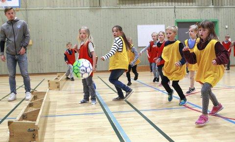 Kongsvinger: 05.06.2019 KIL-gutta besøker de tre barneskolene i Kongsvinger for å lage litt aktivitet for barna.  Bildene er fra Marikollen barneskole.  Foto: Ole-Johnny Myhrvold