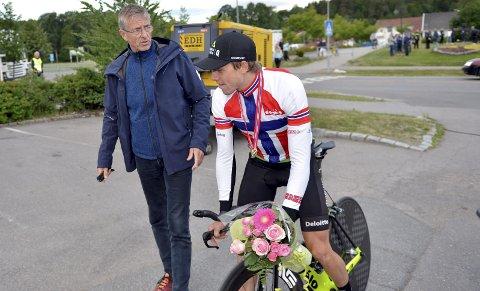 PRAT: Edvald Boasson Hagen og trener Fredrik Mohn hadde en liten prat om løypa før søndagens fellesstart. Begge foto: Kjell H. Vollan