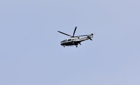 POLITIHELIKOPTER: Torsdag var et politihelikopter igjen i aksjon over Mjøsa. Dette bildet er tatt mandag.