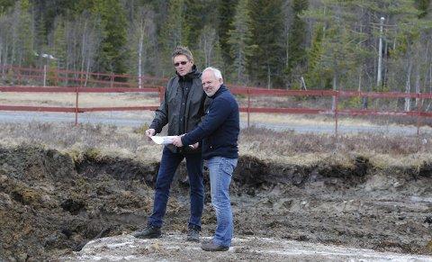 I GANG: Terje Nilsen og Finn Staff er glade for at arbeidet på Lygna er kommet i gang.
