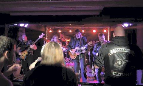 GIKK HJEM: Både Vestlandsfanden, Reidar Brendeland, publikum og Rebels Music stortrivdes sist bandet spilte på Gran. Lørdag er de tilbake. Foto: privat.
