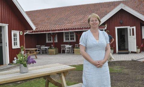 NYBYGG: Ann-Therese Ekeren Skari foran nybygget på Sysselgården.