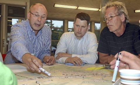 Gruppearbeid: Lars Haakenstad (fra venstre), Hans Arne Sørli og Victor Brustad var tre av de engasjerte deltagerne på tirsdagens folkemøte om stedsutvikling på Roa.