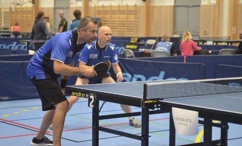 På hjemmebane: Alexander Karlsrud og Joe Amundsen i aksjon i Harestua Arena.