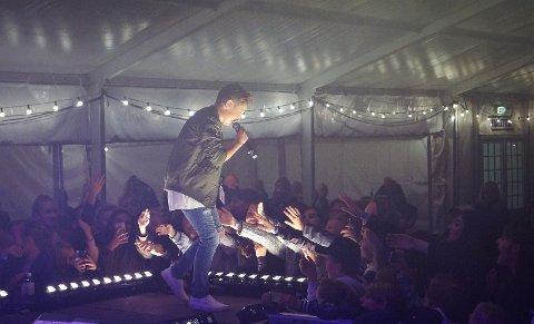 HYLEKOR: Det var til tider hylekor foran scenen da Kyle underholdt.