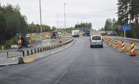 NY VEI: Mens trafikken går på den nye veien inn mot rundkjøringen, fjernes asfalten på den midlertidige veien.
