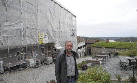 GRUNDIG JOBB: – Vi legger om taket på den gamle kommandantboligen. Deretter står taket på Vestre kurtine for tur, sier Morten Kjølbo.