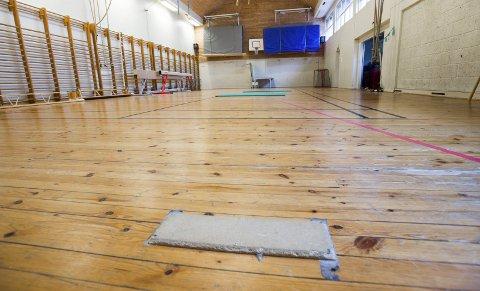 Fredrikshalds Turnforening ønsker å investere 100.000 kroner på reparasjon av gulvet i gymsalen på Rødsberg. Kommunen har ikke råd.Foto: Stein Johnsen