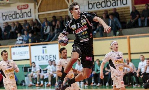 FLYR VIDERE: William Nilsen-Nygaard (21) vil på sikt til Danmark eller Tyskland, men har nå forlenget sin HTH-kontrakt med to nye sesonger.Begge Foto: Hans Petter Wille