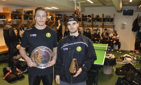 TROFÉVINNERE: Einar Egeland (t.v.) vant HA-pucken mens Adrian Aslaksen ble poengkonge. Begge fikk HAs troféer før sesongens siste trening. Foto: Kristian Bjørneby