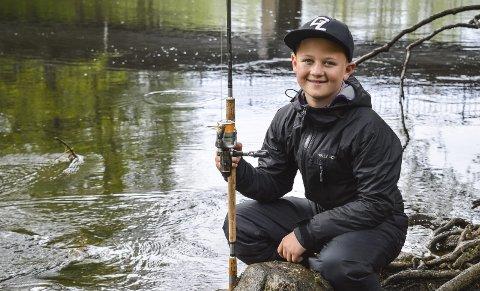 UNG: Linus Bjørnstad er den yngste av alle laksefiskerne i Berbyelva, og har fått fri fra skolen for å være med på sesongstarten.