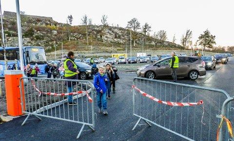 PÅ VEI: I front sees Fredrik Bakke Eidissen. Han og de andre er på vei til sin første skoledag ved Kongeveien skole. Rektor Jostein Stø til høyre på bildet.