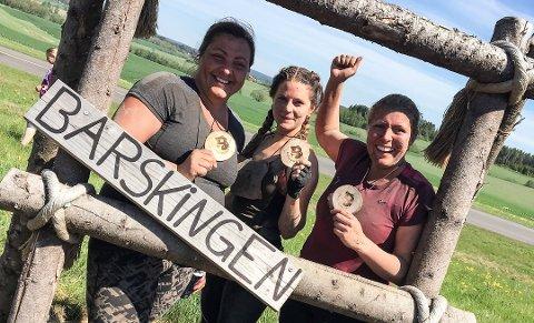 BARSKINGEN: Therese Berg-Andreassen, Leila Holt og Malin Stanes fullførte Barskingen i fjor. Lørdag er det klart for ny styrkeprøve.