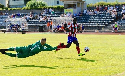 FERDIG I KVIK: Dette målet mot Hødd ble Samuel Narhs siste scoring for Kvik Halden, søndag ble det bekreftet at han er ferdig i klubben.