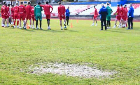 DÅRLIG FORFATNING: Gressmatta på Halden stadion er ikke bra. Dette bildet er tatt under Kvik Haldens trening fredag ettermiddag.