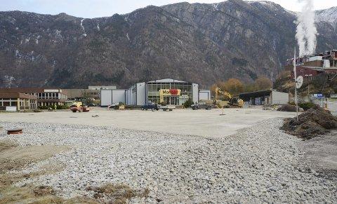 Snart ny asfalt: Arbeid på parkeringsplassen foran Montér. – Nye kummer, drensrør og rør som leder vann ut av området er etablert. Foto: Ernst Olsen