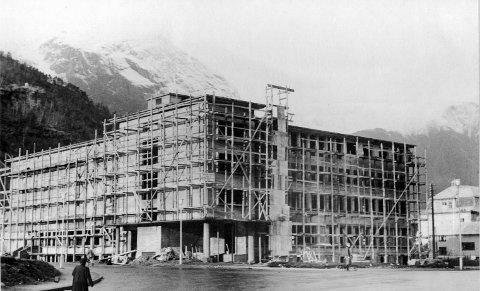 Rådhuset med kino og bibliotek under bygging.