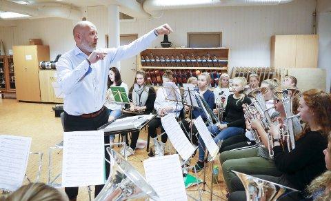 – PUBLIKUM KAN BLI SJOKKERT: Dirigent Hans Knut Skår lover både tradisjonelle og overraskende julesanger under konsertene.            FOTO: ALF-ROBERT SOMMERBAKK
