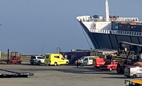 ULYKKE: Politi og ambulanse på stedet etter en fallulykke på Torvastad mandag morgen. Politiet melder at den skadde er våken og bevisst.