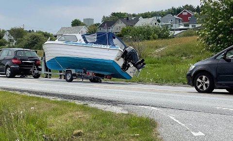 UHELL: Trafikken glir sakte forbi stedet der båten på hengeren skaper problemer.