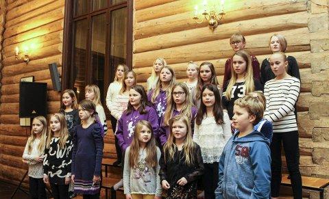 ØVING: I forrige uke øvde de i Dolstad kirke. Torsdag kveld synger de unge korsangerne i Mosjøen kulturhus.  Bilder: Rune Pedersen