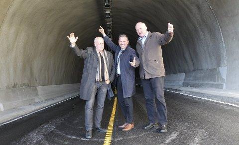 Glede: Bård Anders Langø flankert av daværende leirfjordordfører Magnar Johnsen og Jann-Arne Løvdahl i et forbrødrende øyeblikk da Toventunnelen åpnet høsten 2014.