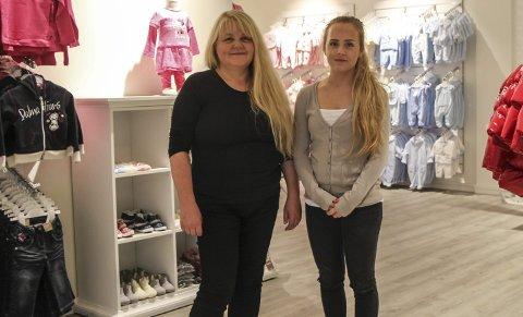 NY BUTIKK: Grethe Halsvik Salomonsen (t.v.) og Malin Salomonsen åpnet torsdag Edla & Augustin barneklær i Torgpaleet i Mosjøen. Foto: Vegard Olsen