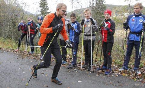 TRENING: Tarjei Solli instruerte framtidige elever i elghufs.