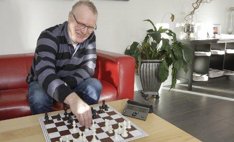 OPPSVING: Mosjøen sjakklubb opplever Carlsen-effekten. De skal starte nybegynnerkurs og Torger Nilsen har ansvaret for ungdomssatsinga.   FOTO: PER VIKAN
