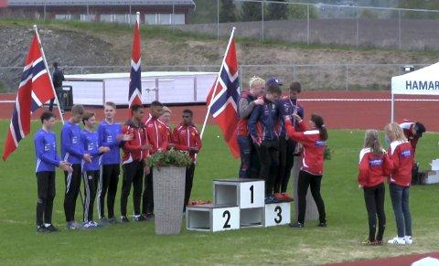 TRANGT: Det var plassmangel på seierspallen da fire glade hattfjelldalinger fikk sine bronsemedaljer i NM-stafetten på Hamar. Sondre Mjølkarlid, Atle Skundberg, Sivert Jarmund og Laara Sparrok Larsen. FOTO: FIK ORION